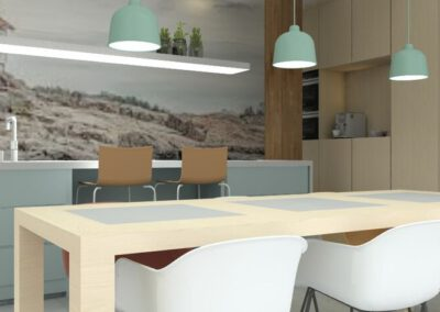 Ruime keuken met houten kastenwand