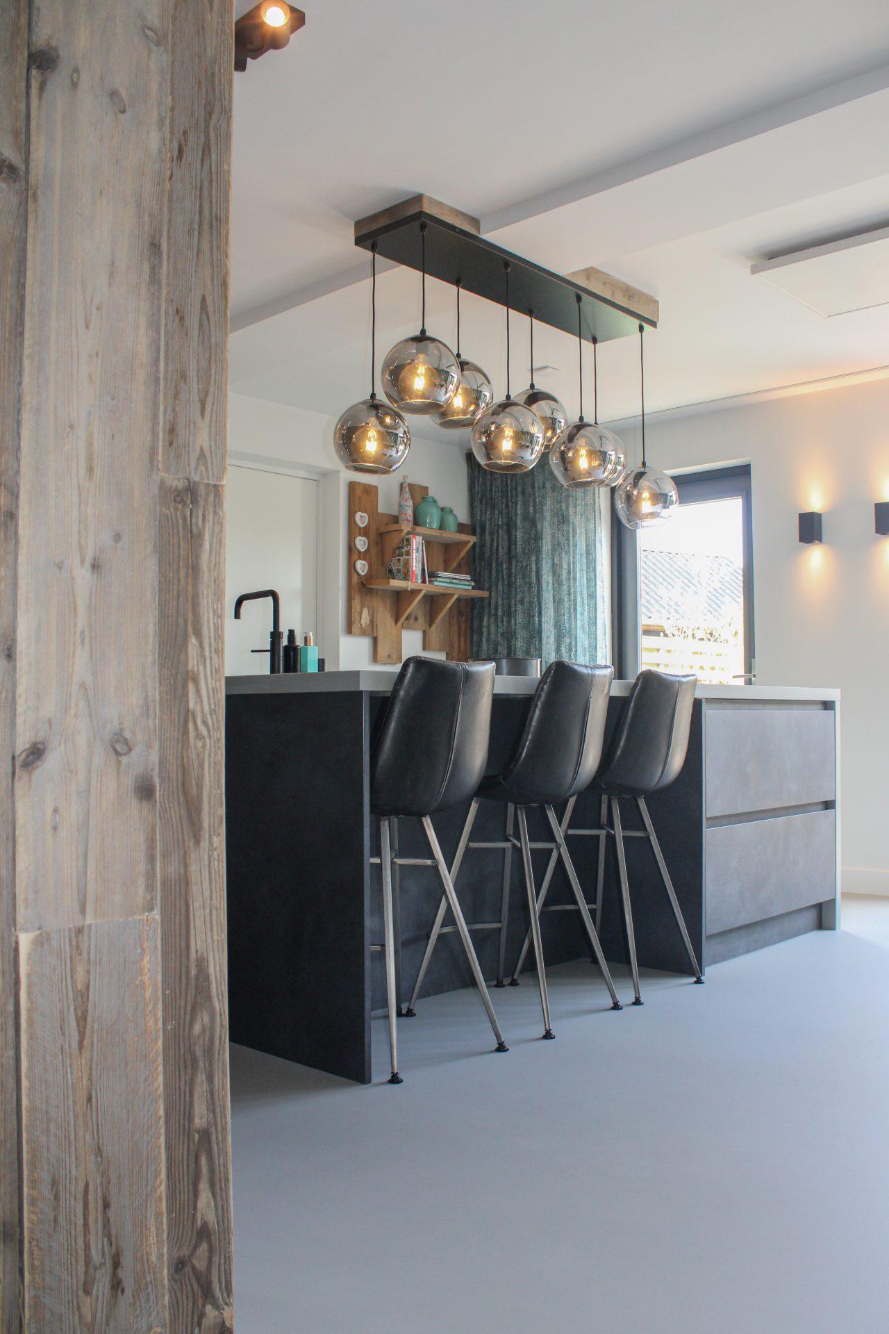 Betonlook keuken met stijgerhout