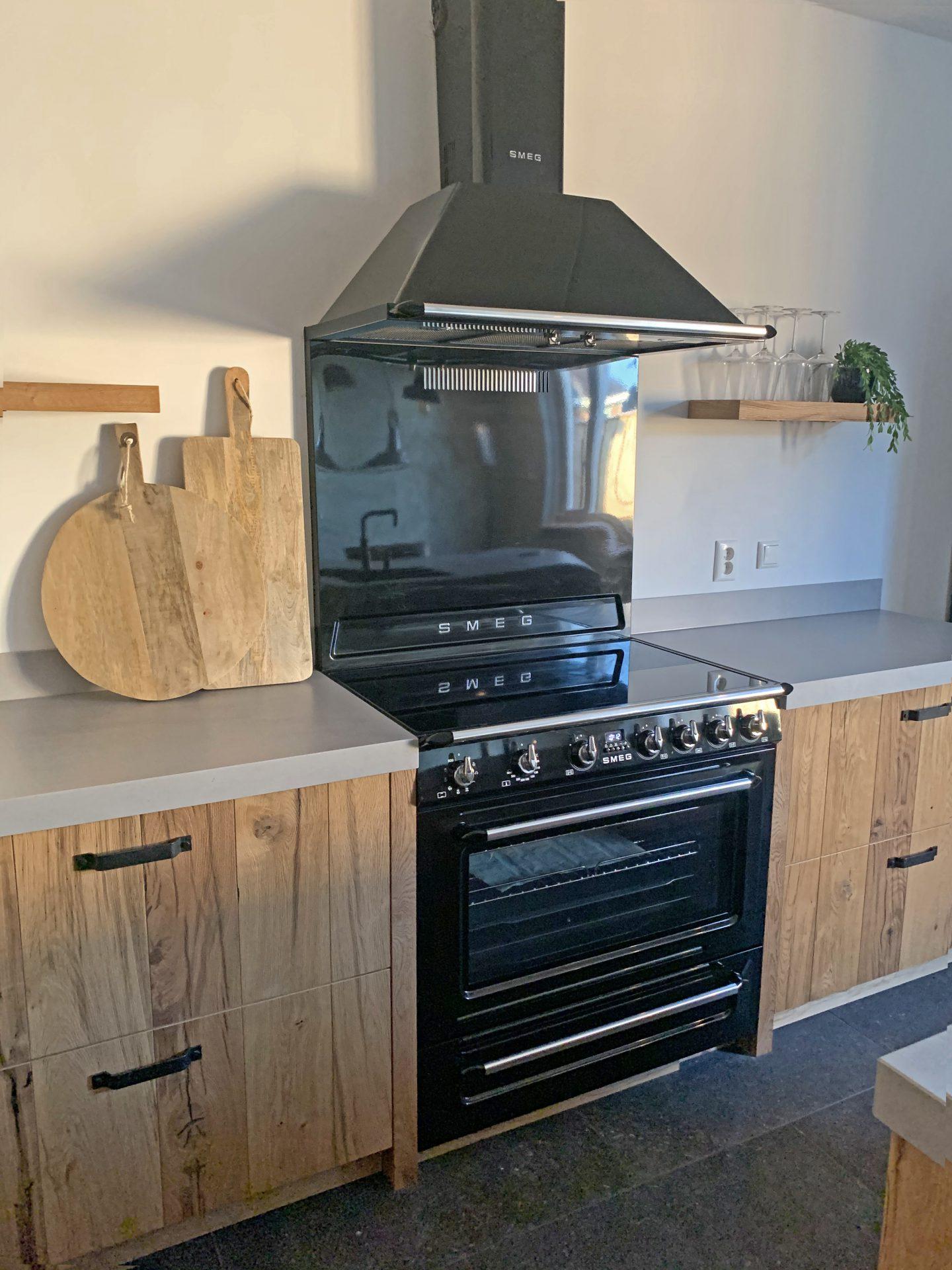 Houten keuken met SMEG fornuis