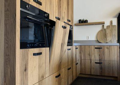 Houten keuken met kastenwand