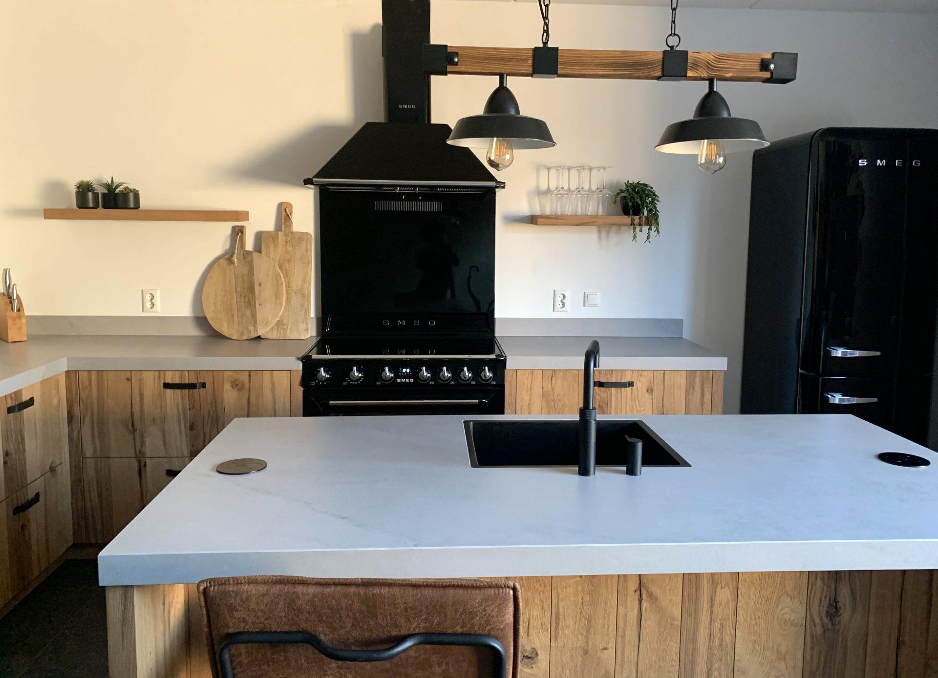 Houten keuken met kookeiland en jaren 50 koelkast