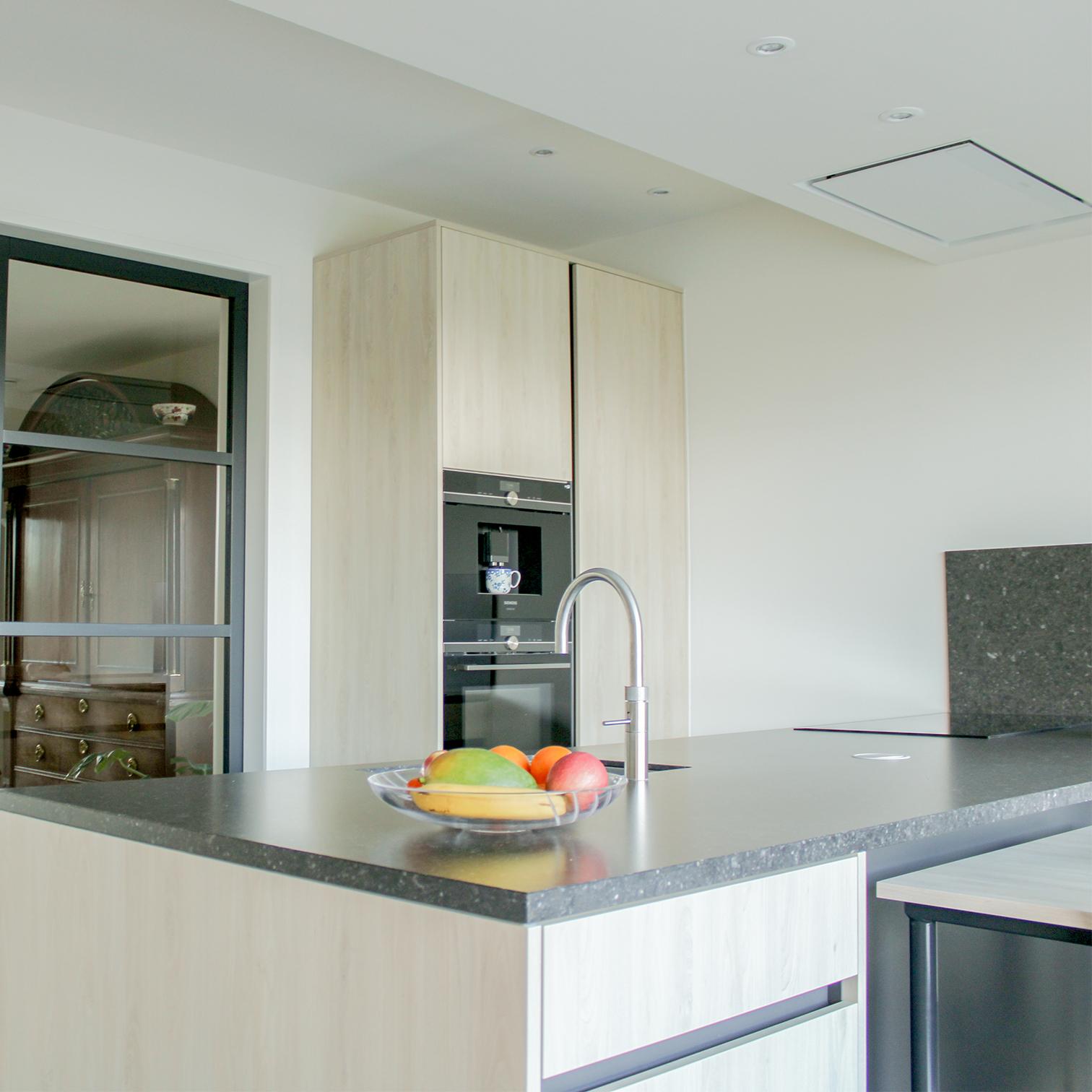 Moderne keuken met kastenwand