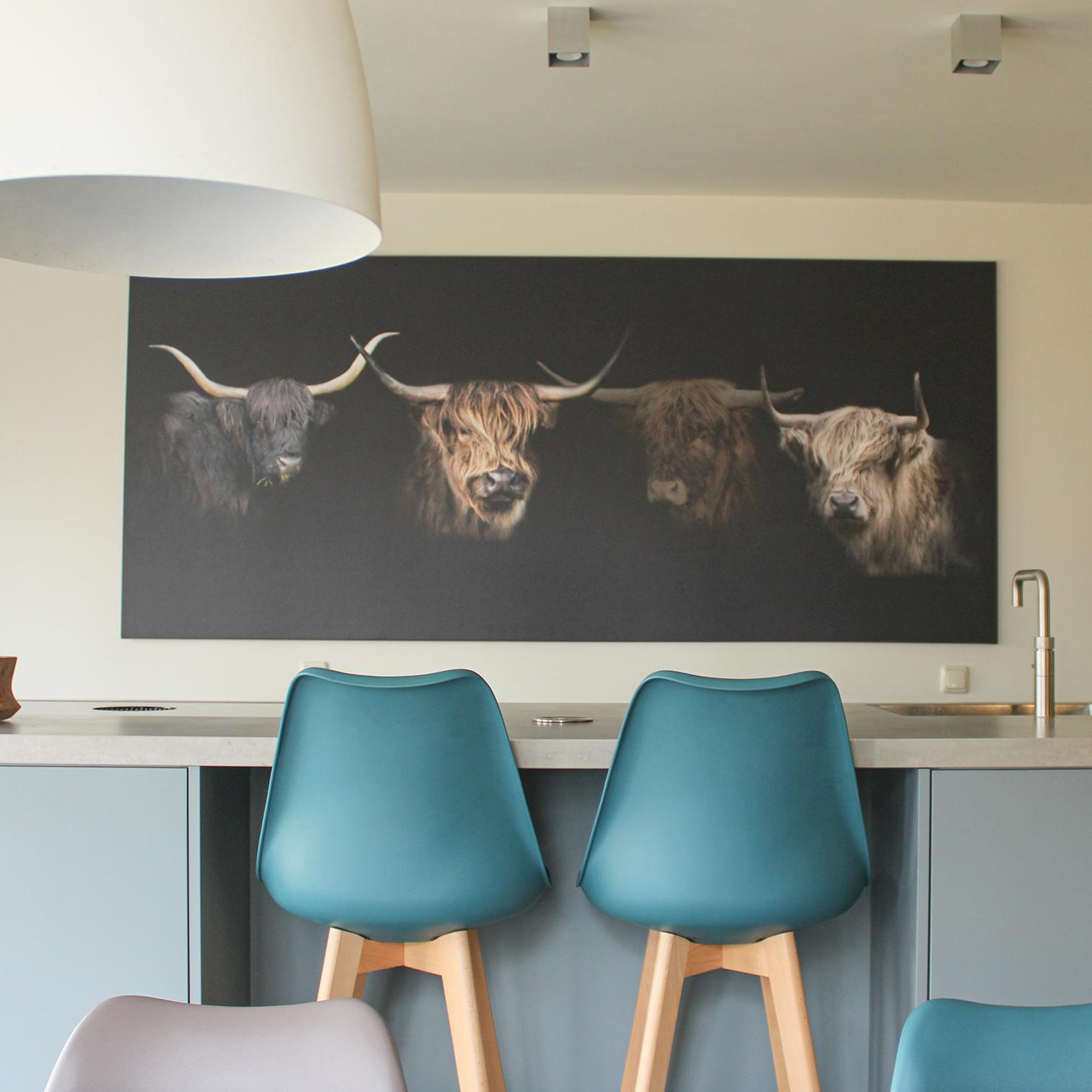 Scandinavische keuken met stoelen